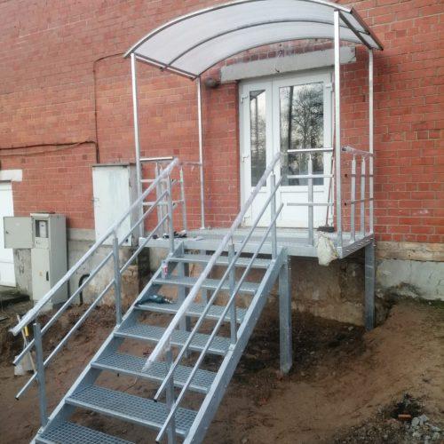 Atjaunotas skolas evakuācijas kāpnes